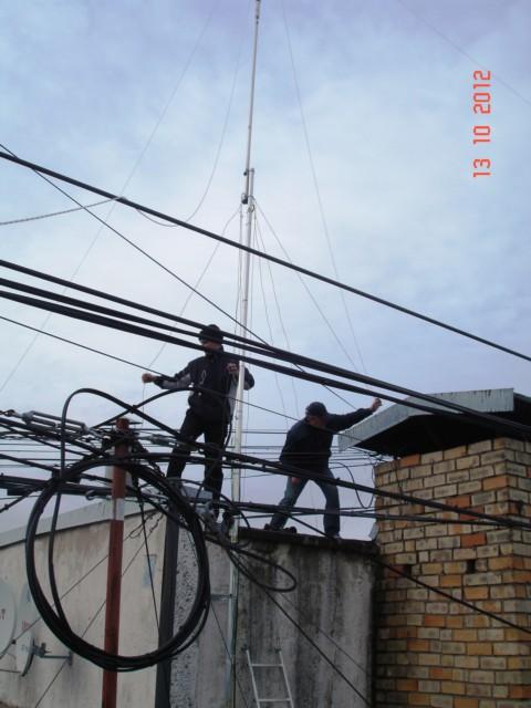 Виталий YL3AFK и Евгений YL2TD за работой на лифтовой будке.